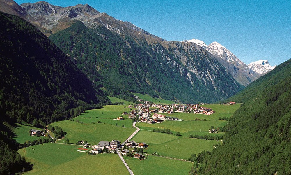 How do you reach the Hotel Kaserhof in South Tyrol